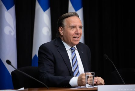 Voyages internationaux : François Legault demande une interdiction